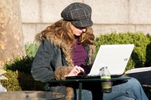 Fata scriind la laptop