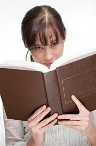 Fata care se uita peste o carte